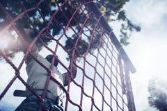 Corda de escalada do soldado militar durante o curso de obstáculo foto de stock royalty free