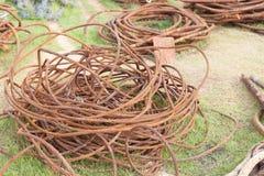 Corda de fio de aço velha no porto fotos de stock