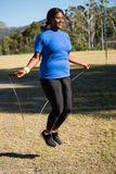 Corda de salto apta da mulher no parque imagens de stock royalty free