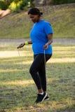 Corda de salto apta da mulher no parque fotos de stock royalty free