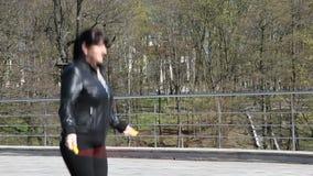 Corda de salto bonita nova da mulher em um close up do parque da cidade video estoque