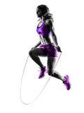 A corda de salto da aptidão da mulher exercita a silhueta fotografia de stock