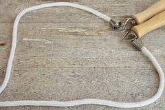 Corda de salto em uma tabela de madeira Imagem de Stock Royalty Free
