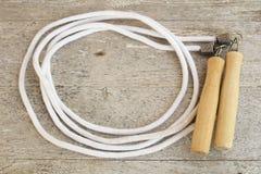 Corda de salto em uma tabela de madeira Fotografia de Stock