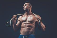 Corda de salto muscular do homem aptidão ativa do esporte imagem de stock