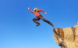 Corda de salto de uma rocha alta nas montanhas foto de stock