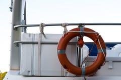 Corda de salvamento no navio Corda de salvamento vermelha amarrada aos trilhos do navio Foto de Stock Royalty Free