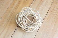 Corda del rotolo sul bordo di legno Fotografia Stock
