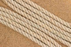 Corda della iuta sulla sabbia di mare fotografia stock libera da diritti