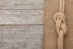 Corda della nave sul fondo di legno di struttura Fotografie Stock Libere da Diritti
