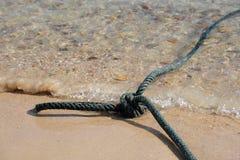 Corda di barca di nylon sulla spiaggia Fotografie Stock