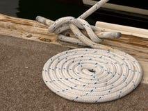 Corda di barca legata al morsetto Fotografia Stock