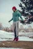 Corda di salto muscolare dell'uomo fuori un giorno di inverno fotografia stock