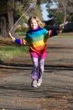 Corda di salto Sunlit della ragazza, variopinta Fotografia Stock Libera da Diritti