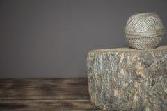 Corda di tela avvolta disposta su un alveare di legno immagini stock
