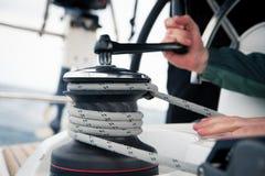 Corda di trazione del marinaio, attività all'aperto, corsa di sport della barca a vela Fotografie Stock