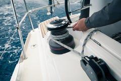 Corda di trazione del marinaio, attività all'aperto, corsa di sport della barca a vela Fotografia Stock