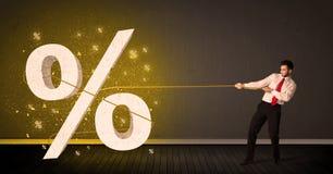 Corda di trazione dell'uomo di affari con il grande segno procent di simbolo Fotografia Stock Libera da Diritti