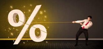 Corda di trazione dell'uomo di affari con il grande segno procent di simbolo Fotografie Stock Libere da Diritti