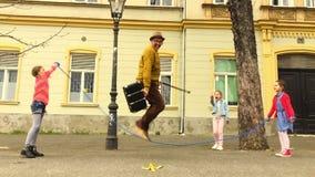 Corda do ancião que salta com três meninas vídeos de arquivo