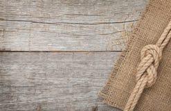 Corda do navio no fundo de madeira da textura imagens de stock royalty free