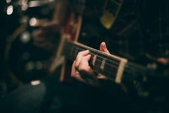 Corda do pescoço e da mão da guitarra imagem de stock royalty free