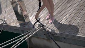 Corda dos inties do marinheiro em segurar o dispositivo vídeos de arquivo