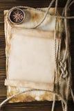 Corda e bussola sulla vecchia carta Fotografia Stock Libera da Diritti