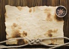 Corda e bussola sulla vecchia carta Fotografia Stock