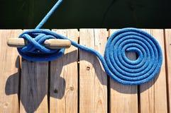 Corda e morsetto blu arrotolati Fotografia Stock Libera da Diritti