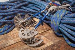 Corda ed attrezzatura per la scalata e l'alpinismo Fotografia Stock