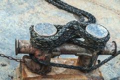 Corda em torno de um poste de amarração oxidado foto de stock