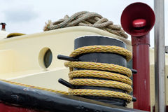 Corda em um poste de amarração em um navio Fotografia de Stock