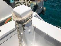 Corda grossa durável forte branca do navio da tela, uma corda para o beliche, uma parada unida ao navio, um barco no fundo do bl fotografia de stock royalty free