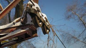 Corda innevata di una teleferica abbandonata invasa con la liana video d archivio