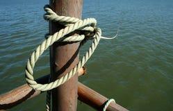 Corda legata ad un palo marino Fotografia Stock