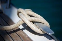 Corda legata per metal pulito sull'yacht immagini stock