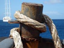 Corda nautica pesante su un rimorchiatore. Fotografia Stock Libera da Diritti
