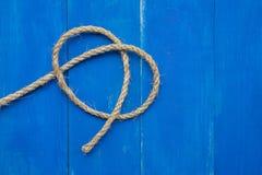 Corda no fundo azul de madeira da placa Fotografia de Stock