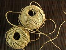 Corda orgânica do cânhamo na tabela de bambu Imagem de Stock