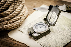 Corda, papel, mapa, compasso e uma faca Fotografia de Stock Royalty Free