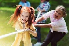 Corda puxando das crianças multi-étnicos Fotografia de Stock