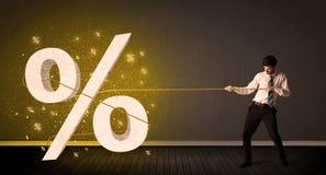 Corda puxando de homem de negócio com sinal procent grande do símbolo Imagens de Stock Royalty Free