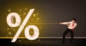 Corda puxando de homem de negócio com sinal procent grande do símbolo Foto de Stock Royalty Free