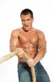 Corda puxando do homem muscular do construtor Imagens de Stock
