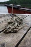 Corda que fixa a canoa à doca Imagens de Stock Royalty Free