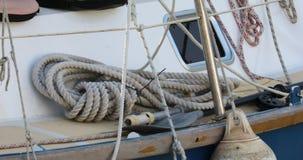 Corda rústica antiquado forte na plataforma de um barco vídeos de arquivo