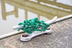Corda verde sul morsetto della barca Fotografia Stock
