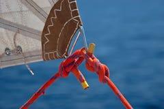 Corda vermelha, nó e parte de vela Imagens de Stock Royalty Free