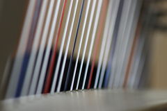 Cordas brancas e azuis vermelhas da harpa Fotografia de Stock
